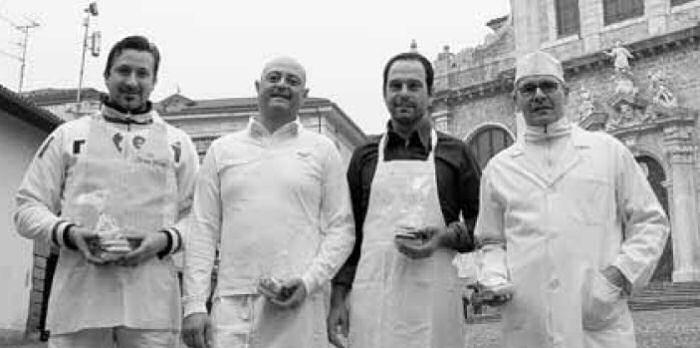 I fornai Paolo Anesa, Angelo Persico, Fausto Picinali e Paolo Imberti, con i biscotti