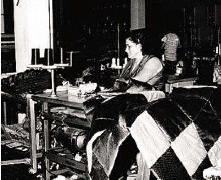 Foto d'epoca della lavorazione alla Tessitura