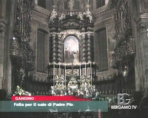 Folla per il saio di Padre Pio