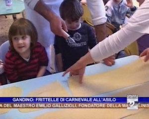 Si preparano le frittelle alla scuola materna