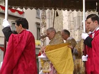 Solenne processionde del Corpus Domini presieduta dal vescovo Francesco