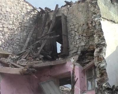 Crolla un vecchio edificio nel centro storico
