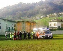 L'ambulanza in campo a Gandino per soccorrere un calciatore della squadra locale