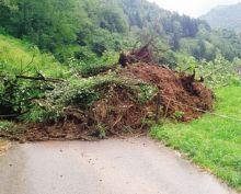 La frana interrompe la strada che sale verso Valpiana e la Malgalunga
