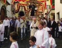 La processione con il cardinale Giovanni Battista Re a Barzizza