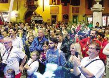 La folla che ha accolto e festeggiato Bosatelli a Gandino