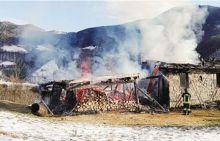 La cascina in fiamme in località Col Curì
